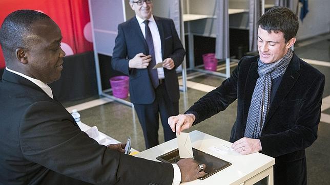 El primer ministro, Manuel Valls, en el momento de votar en la segunda ronda