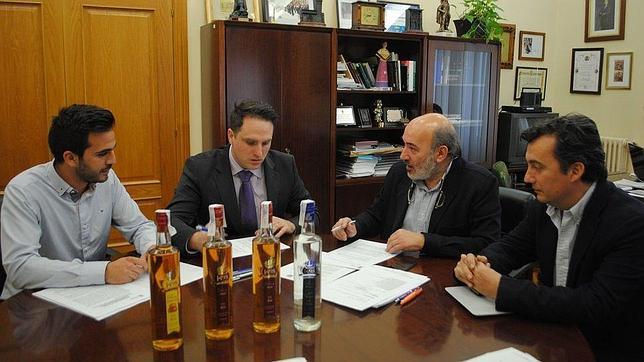 El alcalde bilbilitano, José Manuel Aranda (segundo por la izquierda) junto al concejal de Fomento Económico y a los responsables de la empresa Magnux