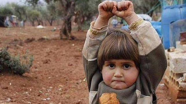 Una niña siria «se rinde» al confundir una cámara de fotos con una pistola