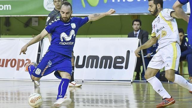 Ricardinho intenta un disparo ante Santiago Futsal