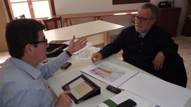 Imagen de Giner con el vicepresidente de la Asociación de Vecinos de El Cabanyal