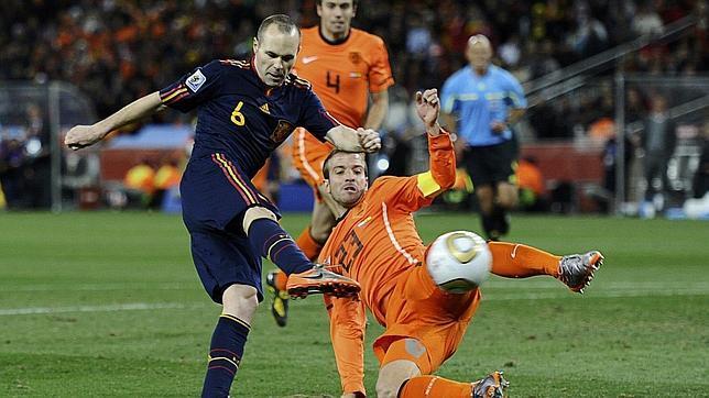 Iniesta remata en el gol del Mundial de 2010