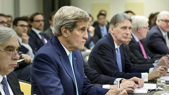 El secretario de Estado norteamericano, John Kerry, sentado a la mesa de las negociaciones en Lausana