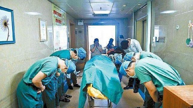 Unos médicos chinos reverencian al cadáver de un niño que decidió donar sus órganos