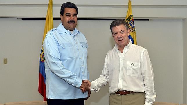 Nicolás Maduro saluda al presidente colombiano, Juan Manuel Santos, durante la cumbre bilateral que celebraron en agosto del año pasado
