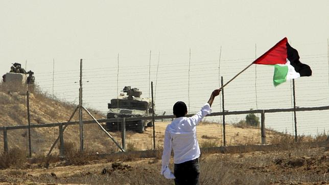 Un hombre ondea una bandera palestina