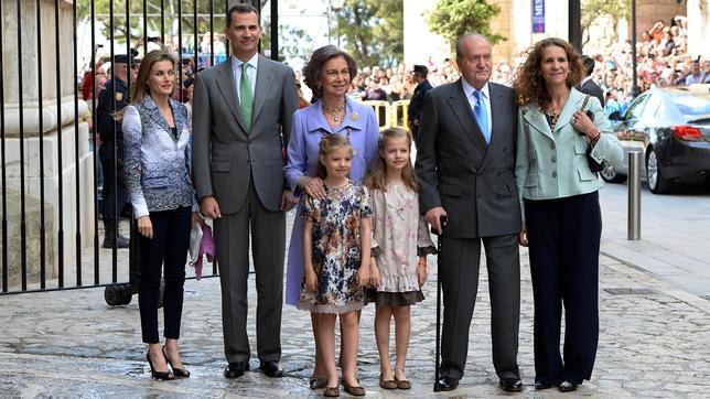 Los entonces Príncipes de Asturias con sus hijas, Leonor y Sofía, y con Don Juan Carlos, Doña Sofía y Doña Elena, el año pasado, a su llegada a la Misa de Pascua en la Catedral de Palma de Mallorca