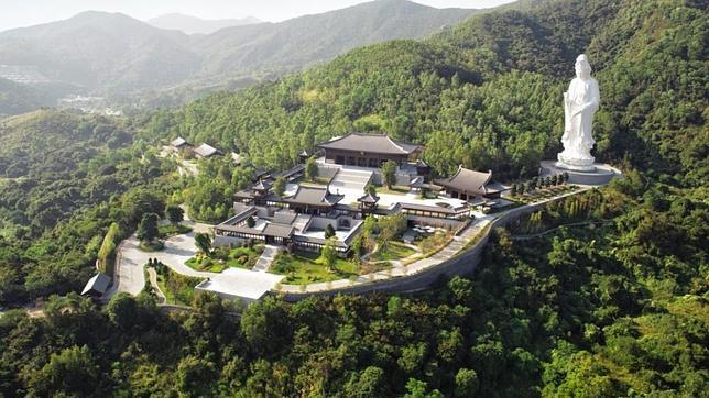 Lo último: un asombroso monasterio con Budas de oro y celdas antibalas