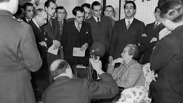 Gabriela Mistral, en la rueda de prensa que ofreció en Roma tras ser recibida por el Papa en enero de 1946