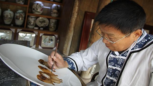 Zhang Desheng, pintando porcelana