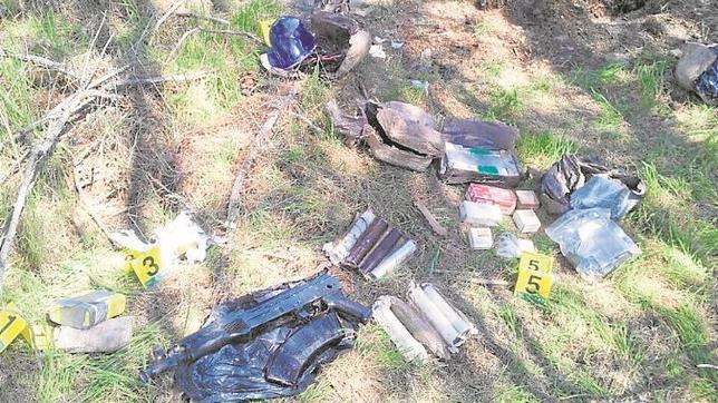 Un hombre con un detector de metales halla un arsenal de armas y explosivos