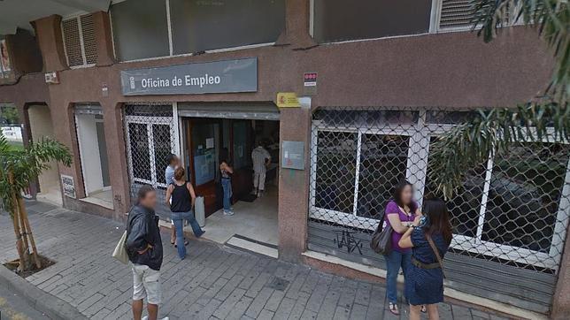 Una mujer apu ala en la puerta de una oficina de empleo a for Oficina de registro barcelona
