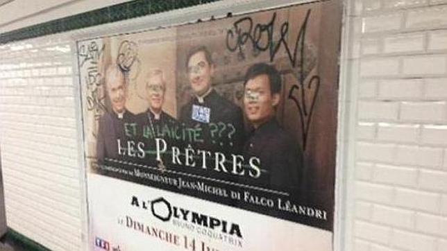 Uno de los anuncios parcialmente censurados por el metro de París; alguien ha escrito encima «¿Y la laicicidad?»