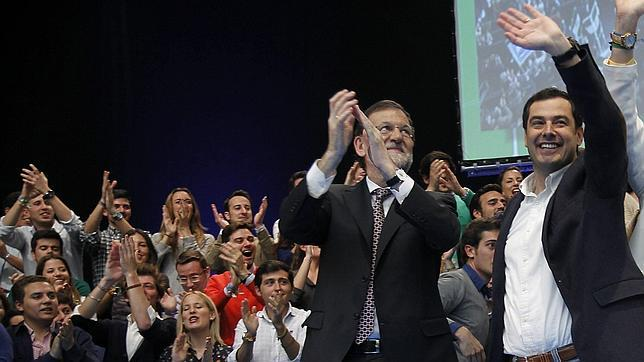 Mariano Rajoy y Juan Manuel Moreno, en un mitin electoral en Andalucía durante la pasada campaña