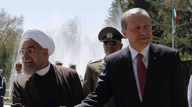 El presidente iraní, Hasan Rohani (izda), recibe a su homólogo turco, Recep Tayyip Erdogan (dcha) en Teherán (Irán)