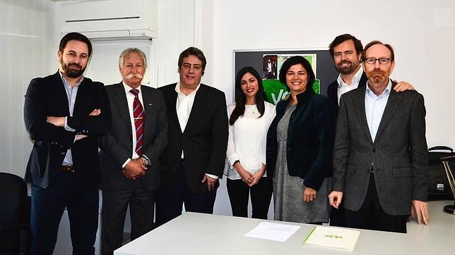 Imagen del equipo de Vox en Valencia junto a Santiago Abascal e Iván Espinosa