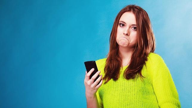 Así aumentan las redes sociales la dependencia emocional de la pareja