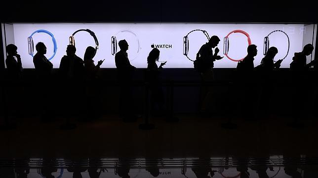 Gente haciendo cola en una tienda en Hong Kong para conocer el Apple Watch