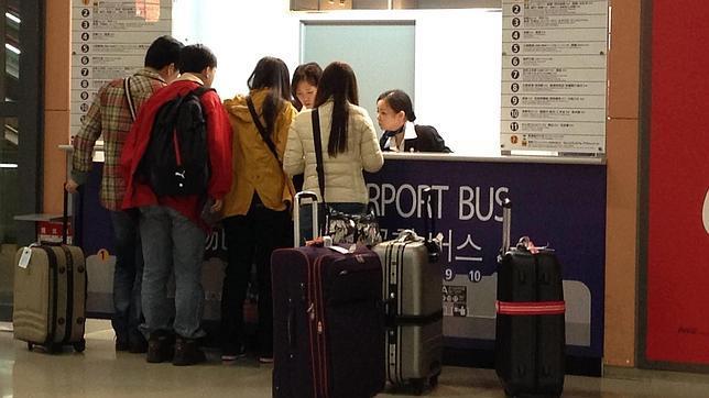 Pasajeros con sus maletas en el Aeropuerto de Kansai (Osaka, Japón)
