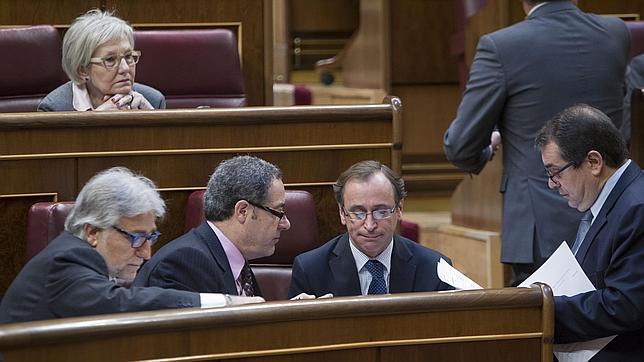 El ministro Alfonso Alonso, rodeado de diputados de CiU en el Congreso