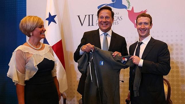 El presidente de Panamá, Juan Carlos Varela, con el fundador de Facebook, Mark Zuckerberg