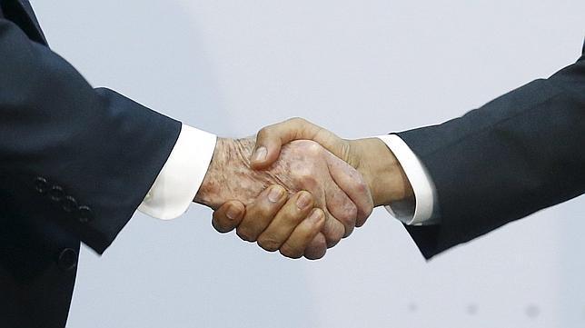 Las manos de los mandatarios de Cuba y de EE.UU.