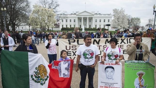 Familiares de los desaparecidos frente a la Casa Blanca para pedir apoyo a EE.UU.