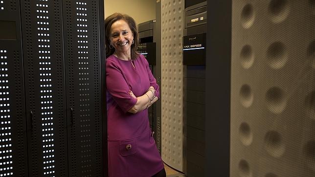 Ana Santos, directora de la Biblioteca Nacional, junto los servidores que guardan todo lo publicado en internet