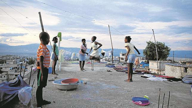 Niños jugando en un tejado en Puerto Príncipe, en Haití