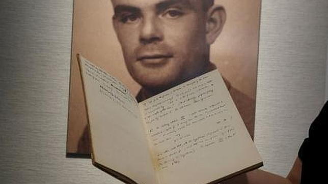 Una empleada de Bonhams muestra el manuscrito de Alan Turing subastado por más de un millón de dólares