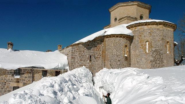 El Santuario de San Miguel de Aralar, cubierto por la nieve en una imagen de 2005