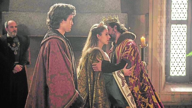 Raúl Mérida, Irene Escolar y Rodolfo Sancho, en una imagen de la serie «Isabel»