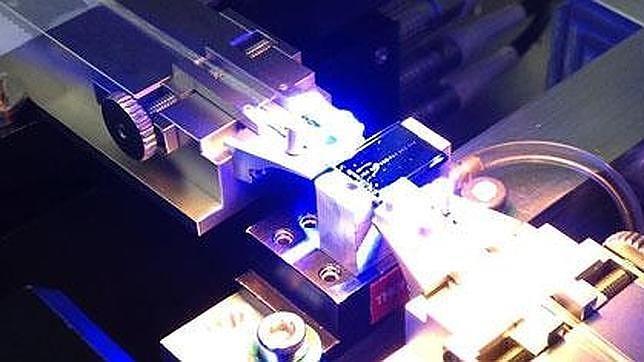 Logran romper el récord de teleportación cuántica al enviar información a más de 100 kilómetros Photonic-chip-assembly--644x362--644x362