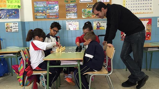 Alumnos del «Corazón de María», durante una clase de ajedrez