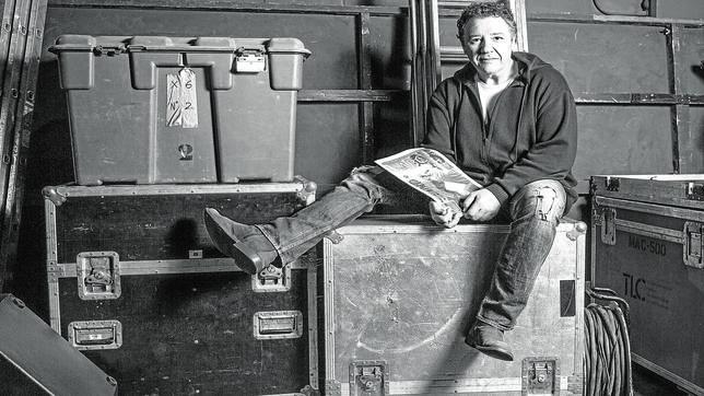 Imagen de Carlos Goñi con un ejemplar de ABC