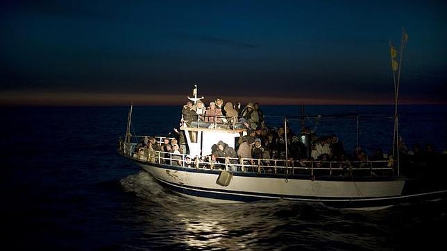 Inmigrantes en una embarcación frente a las costas de Italia