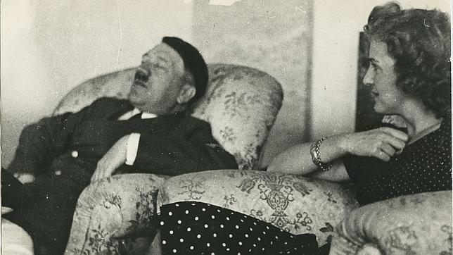 Hitler durmiendo junto a Eva Braun