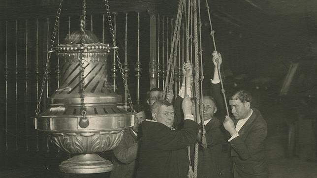 Tiraboleiros en 1931 Cinco tiradores sostienen el botafumeiro alcomienzo de los años 30 del siglo pasado. La fotografía puede verse en la muestra conmemorativa de este diario en el Pazo de Fonseca de Santiago