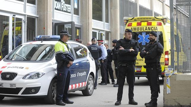 Dispositivo policial frente al Instituto Joan Fuster