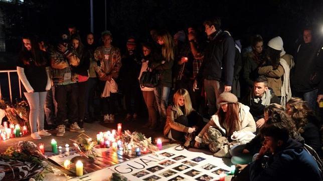 Familiares y amigos de las cinco jóvenes fallecidas en la tragedia del Madrid Arena se concentran en su memoria