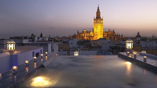 En la nueva terraza de Aire de Sevilla ofrece la experiencia sublime de bañarse en privado a 36 ºC y con vistas a La Giralda