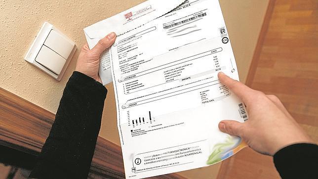 La factura de la luz bajó un 5,8% en 2014 para los consumidores acogidos a la tarifa