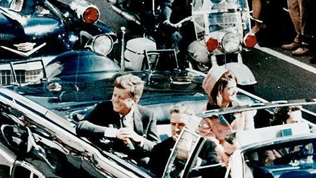 El presidente Kennedy con su esposa, minutos antes del magnicidio en Dallas