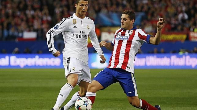 Cristiano ante Koke en el partido de ida jugado en el Calderón (0-0)