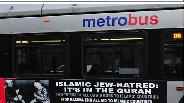 Uno de los carteles antimusulmanes financiados anteriormente por la AFDI en el transporte público de Estados Unidos. En él se lee: «El odio islámico a los judíos está en el Corán»