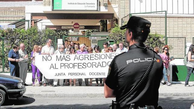 Concentración de protesta en un instituto de Córdoba tras la agresión a un profesor