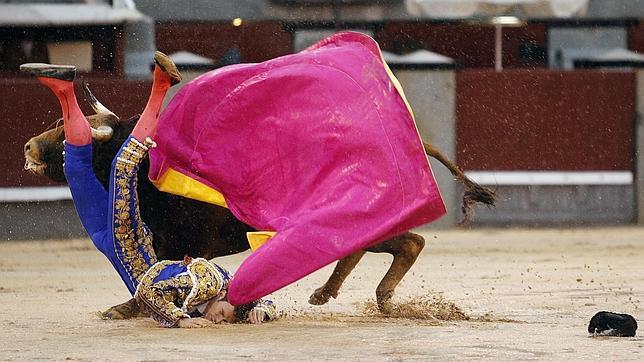 Antonio Puerta sufre una cornada de 45 centímetros en Las Ventas