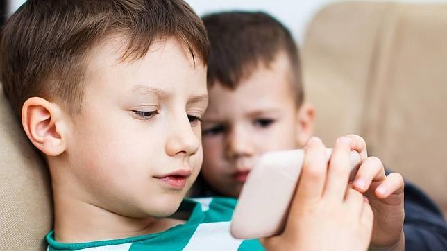 Se desaconseja el uso de televisores, ordenadores, teléfonos inteligentes y las tabletas a los niños menores de 2 años