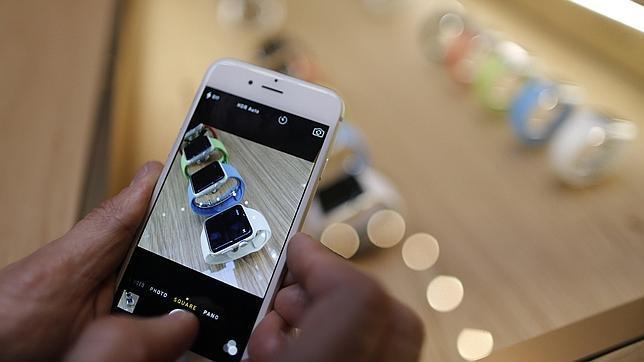 Un iPhone muestra la nueva apuesta de la compañía, el Apple Watch