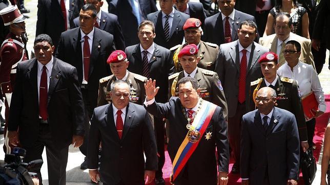Chávez, con Cabello a su derecha; Salazar (en el círculo), detrás de Cabello